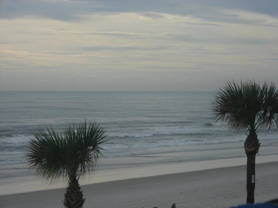Days Inn Daytona Oceanfront: View from our balcony during the day