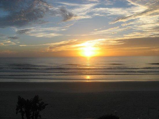 Days Inn Daytona Oceanfront: View from our balcony during sunrise