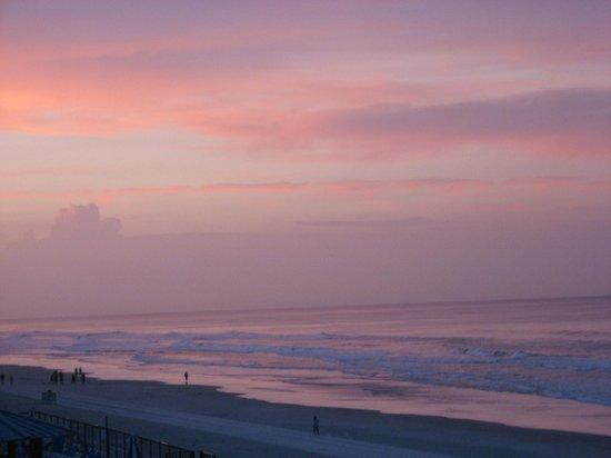 Days Inn Daytona Oceanfront: View from our balcony during sunset