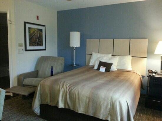 Candlewood Suites Jacksonville: Comfy bed and recliner