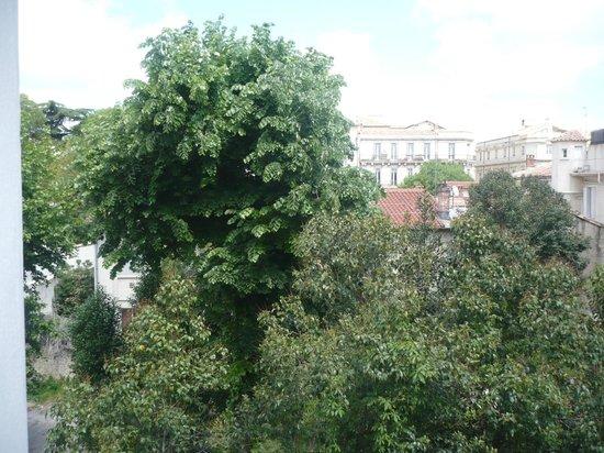 Hôtel Cosmos: vue de la chambre sur le jardin