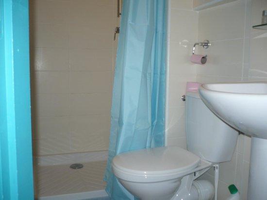 Hôtel Cosmos: salle de bains