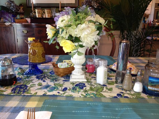 Hilltop Hideaway Bed and Breakfast: Beautiful breakfast table