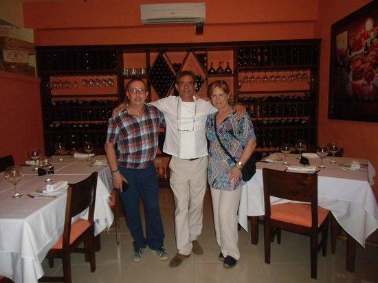 Antonio Steak House: Antonio, en el centro, y al fondo... suvinoteca con los mejores vinos de todo el mundo, claro es