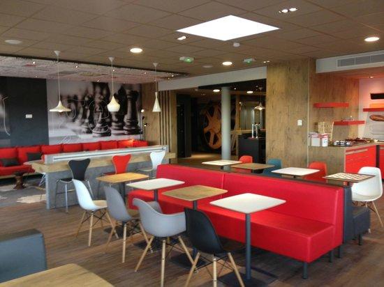 Ibis Les Herbiers : salle petit déjeuner