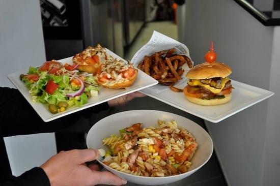 La place: hamburger bruschetta et salade poulet