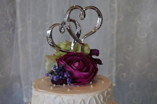 Mountain Pie and Cake Company: Cake topper and flowers - beautifully arranged!