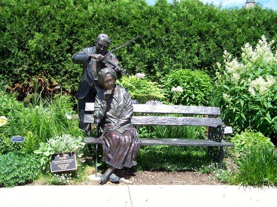 Green Bay Botanical Garden: serenade bench