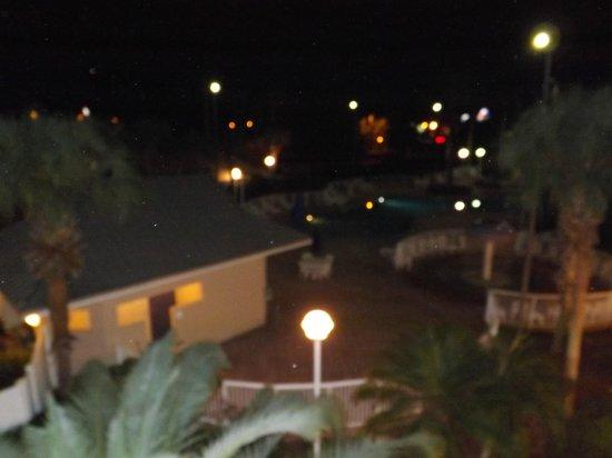 Clarion Suites Maingate: vista de la pscina en la noche