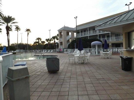 Clarion Suites Maingate: piscina