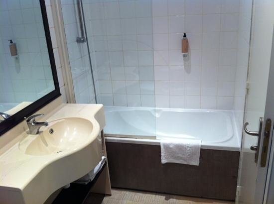 Golden Tulip Reims L Univers: clean bathroom.