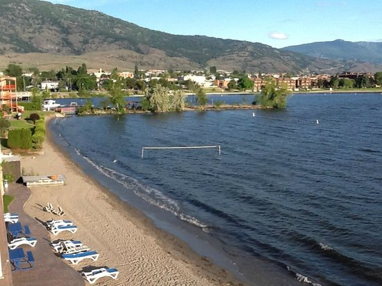 Coast Osoyoos Beach Hotel : View of beach and Osoyoos Lake from balcony of room.