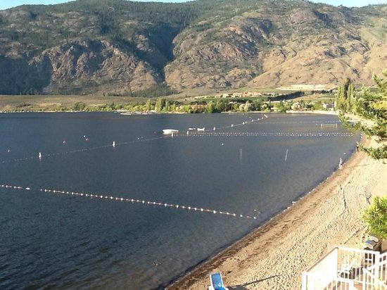 Coast Osoyoos Beach Hotel: View of beach and Osoyoos Lake from balcony of room.