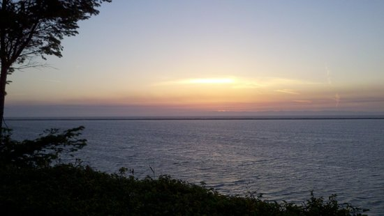 Juan de Fuca Cottages: Sunsets don't get much better!