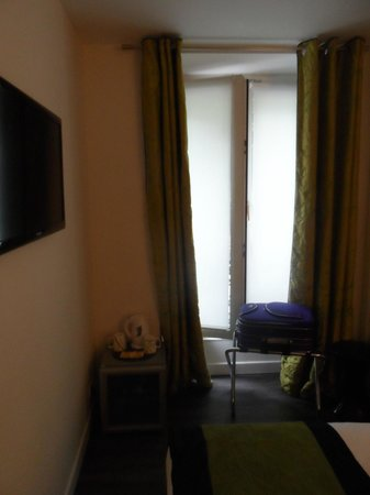 Hotel B Square: Room - flat screen view on street (batignolles)