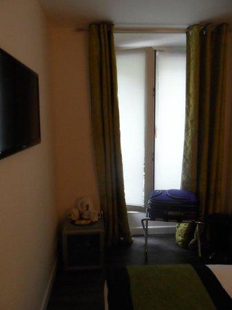โรงแรมบาทิโนลเลสวิลเลอร์: Room - flat screen view on street (batignolles)