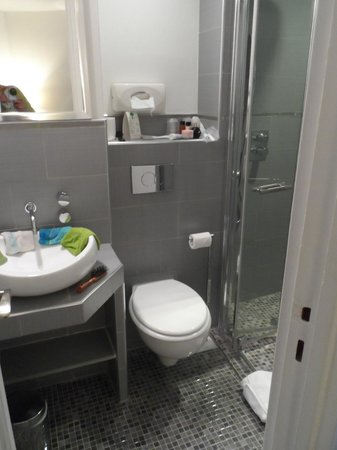 Hotel B Square: Toilet & sink