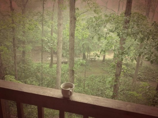 Cavender Creek Cabins Resort: rainy afternoon on the porch