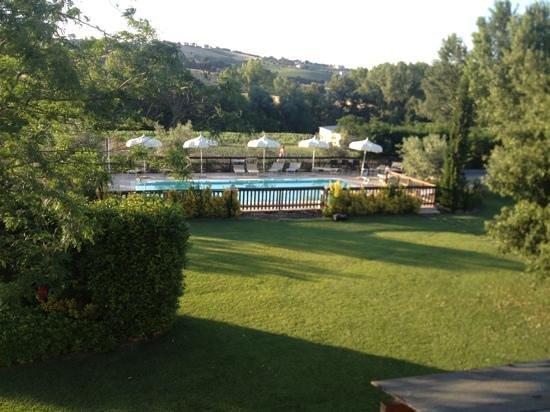 Agriturismo delle Rose: la piscina vista dal terrazzo perimetrale