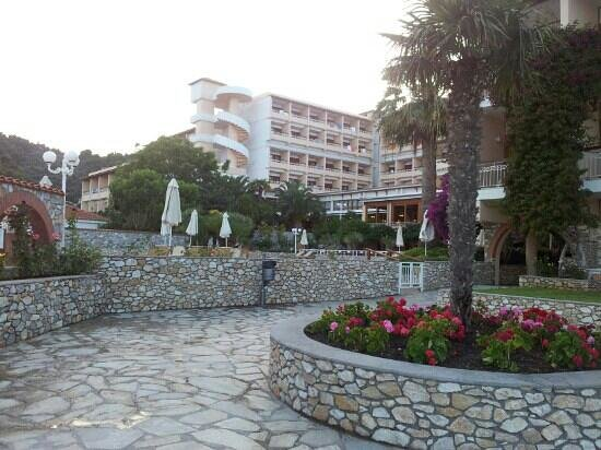 Hotel Esperides: Hotel grounds by the pool and beach