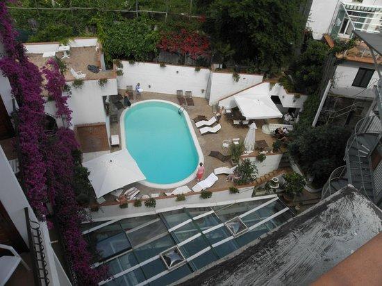 هوتل فيلا رومانا: view of pool area from the sun terrace