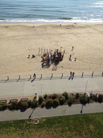 Hampton Inn Virginia Beach-Oceanfront South: Playground for kids in front of the hotel