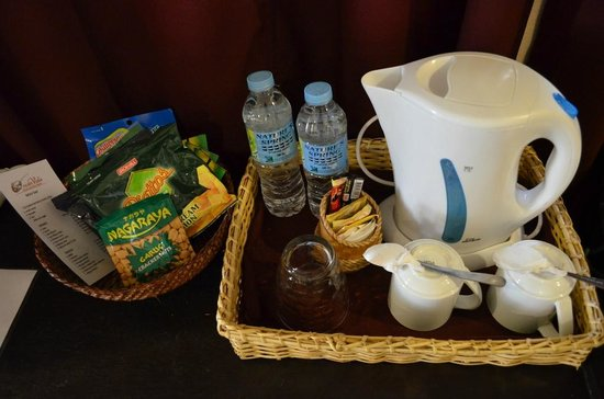 Ocean Vida Beach & Dive Resort: Tea coffee making facilities and complimentary water