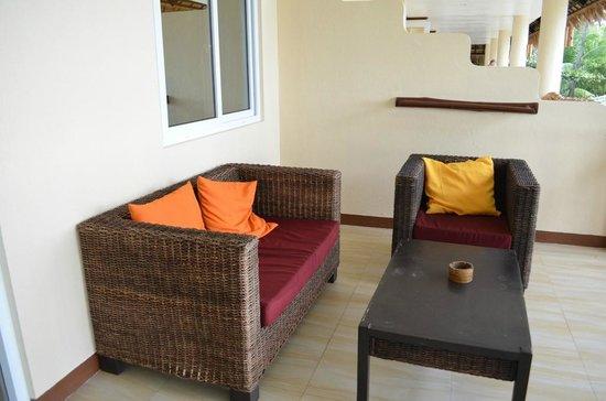Ocean Vida Beach & Dive Resort: Private terrace in the room