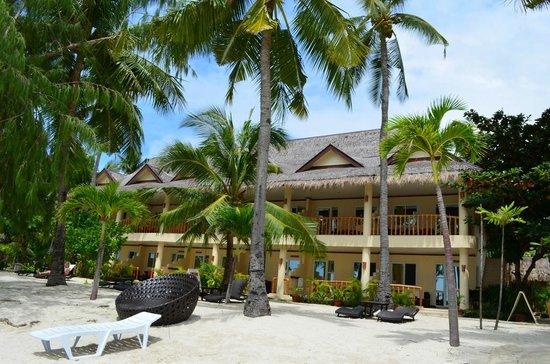 Ocean Vida Beach & Dive Resort: Hotel from outside and beach