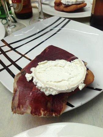 Restaurante Traslavilla: Torto de maíz con queso de cabra y cecina