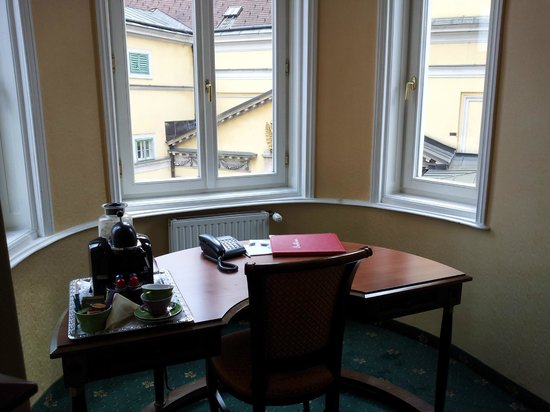 Hotel Beethoven Wien: Sunny alcove with writing desk
