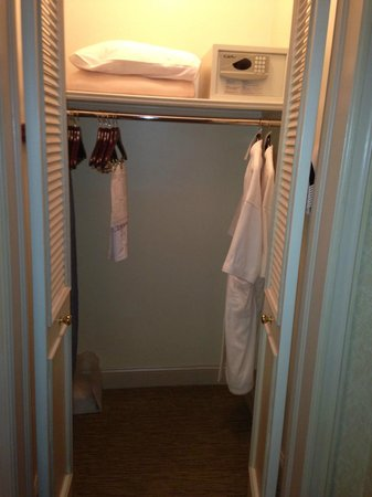 Casablanca Hotel by Library Hotel Collection: Wardrobe with safe