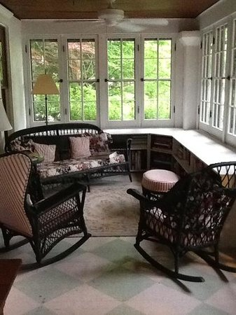 Cocoa Cottage Bed and Breakfast: sun porch