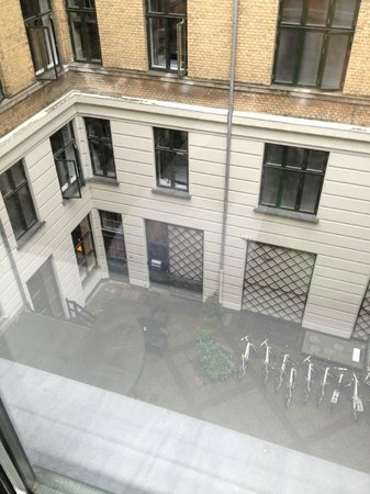 Hotel Copenhagen Crown: Looking into the front courtyard from my room