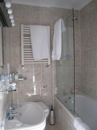 Toravaig House Hotel: Tiny Bathroom