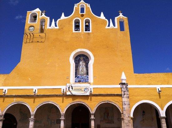El Atrio del Convento de Izamal: Outside the church in the late afternoon