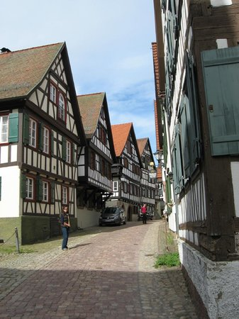 Hotel zum weyßen Rößle: Street from guesthouse to town square