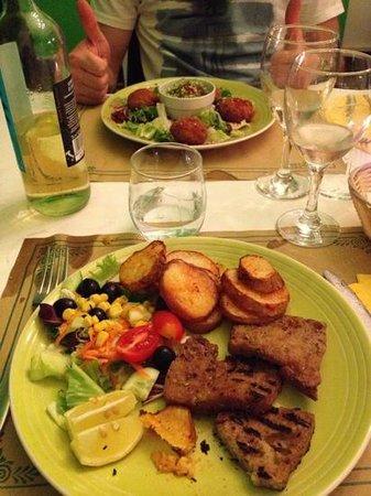 Ristorante Vegetariano Pitagora : tagliata di seitan(in basso) polpette di kofta(in alto) con buonissima crema di piselli