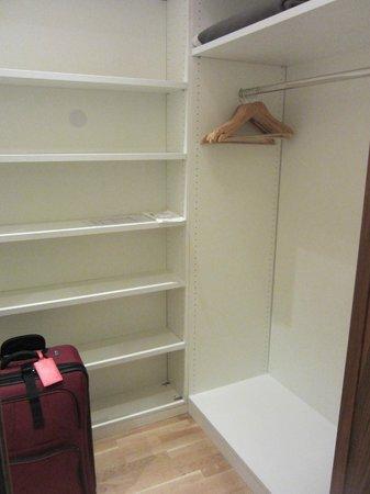 Maximilian Munich: Spacious closet