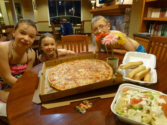 Sammy's Pizza & Restaurant: Enjoying some pizza at the hotel!