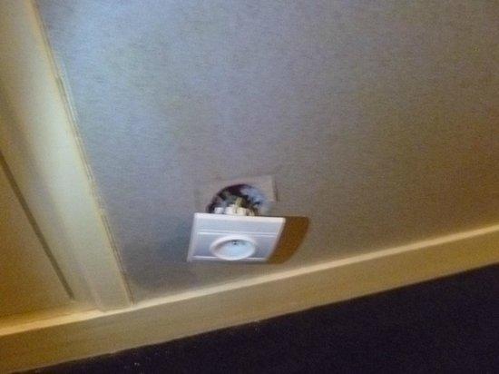 Villa Bellagio - Marne la Vallee: dangerous plugs everywhere
