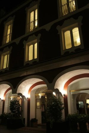 Le Sirenuse Hotel: at night