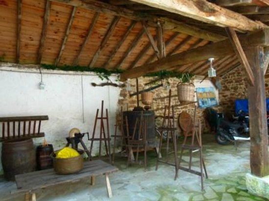 Chambres d'Hotes Ttakoinenborda a Sare: Shed with antique farm equipment and easels