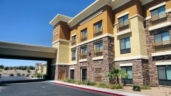 Comfort Suites: Front of hotel