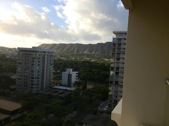 Hyatt Place Waikiki Beach: view towards Diamond head from our room on the 13th floor how lucky