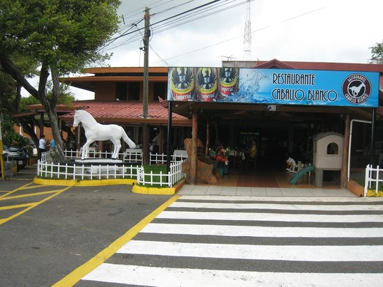 Restaurante Caballo Blanco: The front of the restaurant as you pull up