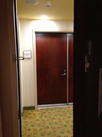 Sheraton Agoura Hills Hotel : Looking out my room door, Housekeeping department accross from me!