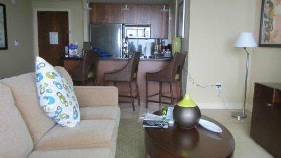 Palm Beach Marriott Singer Island Beach Resort & Spa: Living room and kitchen