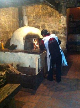 Los Lenos Pizzas y Pastas: baking the pizza!