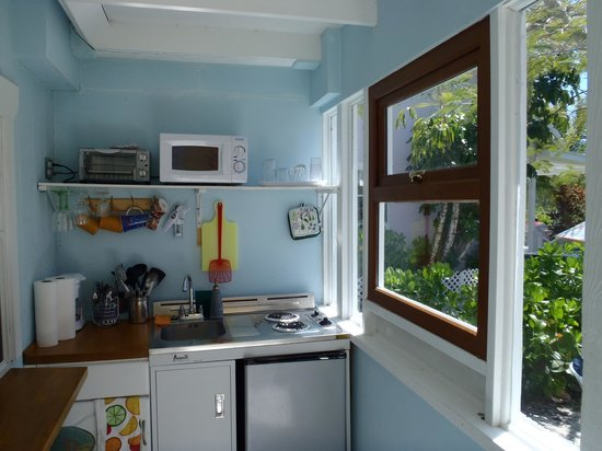 Sea shell cottage...closed in porch area...kitchenette